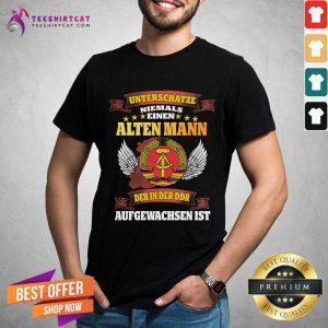 Unterschatze Niemals Einen Alten Mann Der In Der Ddr Aufgewachsen Ist Shirt - Design By Teeshirtcat.com